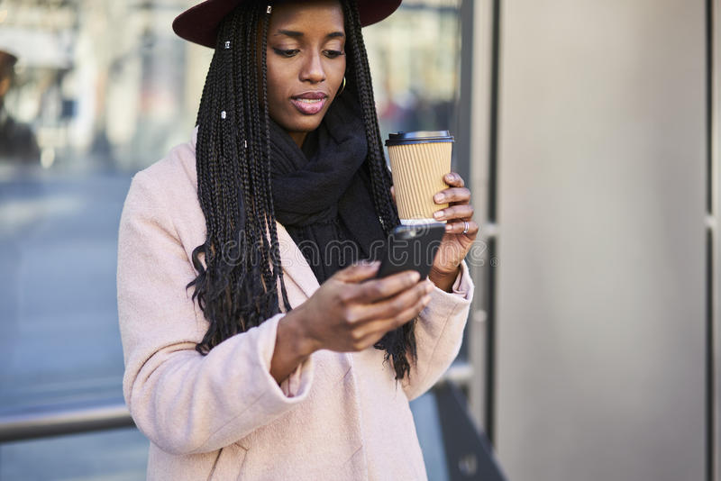 Emotionele mooie afro Amerikaanse vrouw die interessante plaatsen zoeken in stad royalty-vrije stock afbeelding