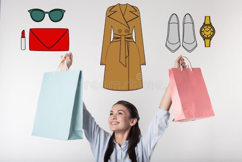 Emotionele secretaresse die gelukkig terwijl het kopen van kleren voor het werk voelen stock fotografie