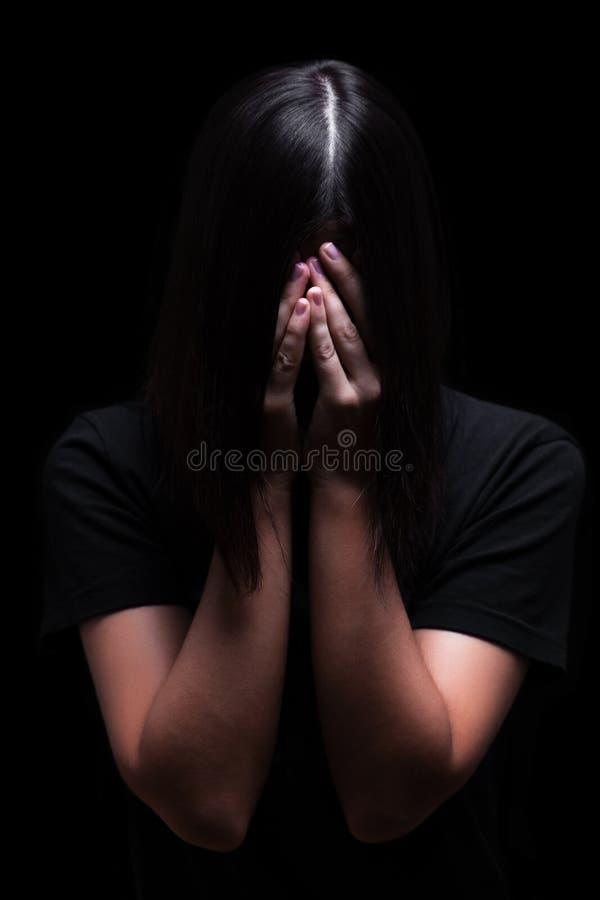 Emotionele vrouw die en het gezicht schreeuwen behandelen met de handen die de scheuren verbergen royalty-vrije stock foto's