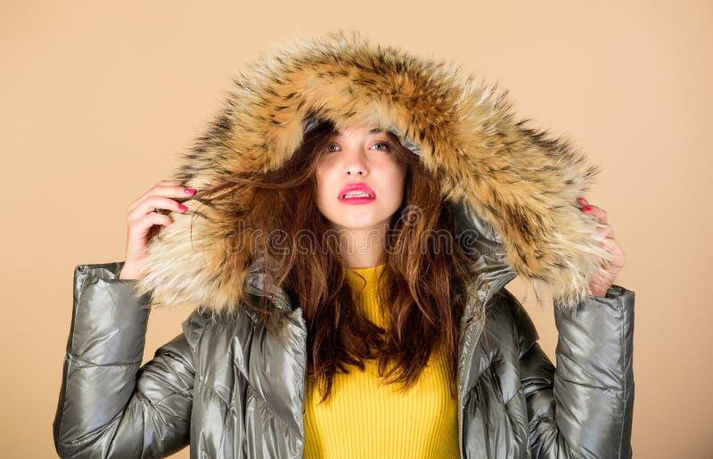 Emotionele vrouw in jas Winteruitrusting Spelende fashionista Zwarte feestdag Vertrouwen en vrouwelijkheid Geniet van haar royalty-vrije stock foto