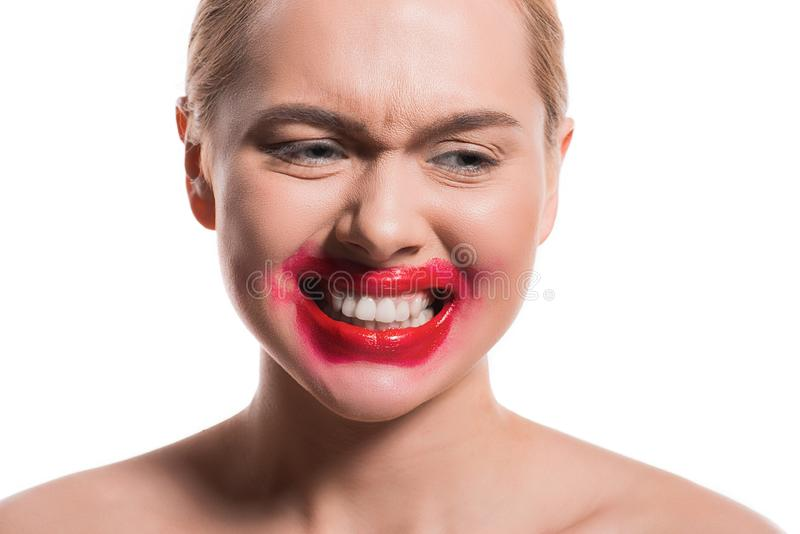 emotionele vrouw met gesmeerde rode lippenstift op gezicht die tanden tonen royalty-vrije stock fotografie