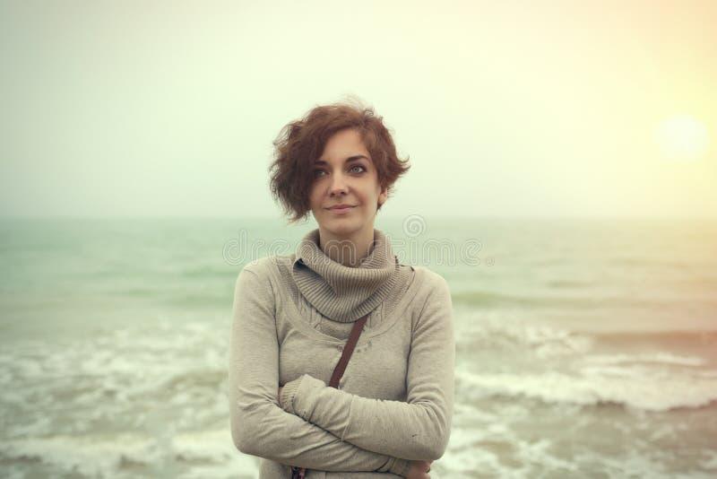 Emotionell bild av en härlig flicka på en bakgrund av vatten royaltyfria foton