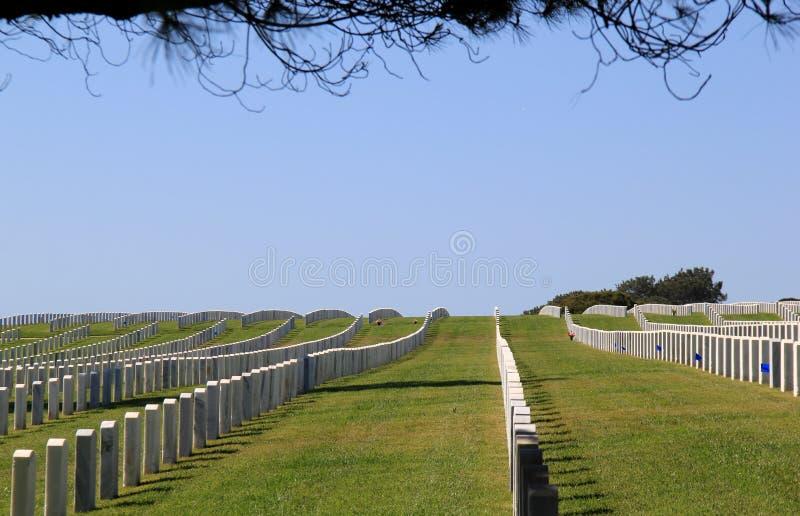 Emotionell bild av militära gravstenar, fortRosecrans nationell kyrkogård, San Diego, Kalifornien, 2016 royaltyfria foton