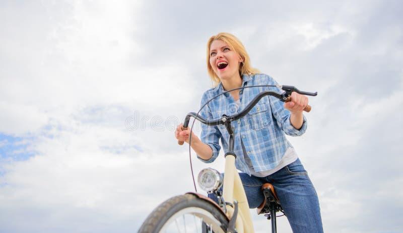 Emotionell cykelryttare för dam Kvinnan gillar för att rida cykeln som snabbt cykla för fritid är om att se undersökning och att  royaltyfria foton
