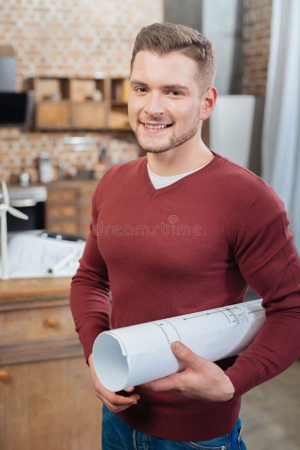 Emotionell kompetent tekniker som rymmer hans teckning, medan stå bara arkivfoto