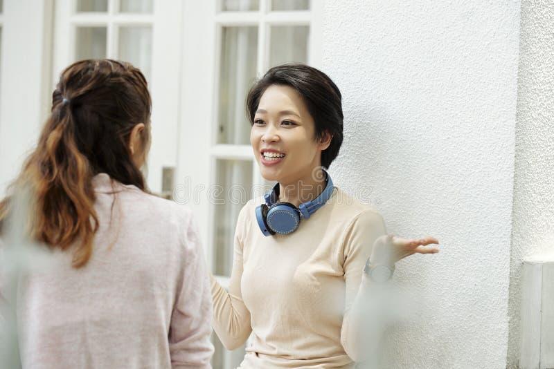 Emotionell kvinna som talar till vännen royaltyfri fotografi