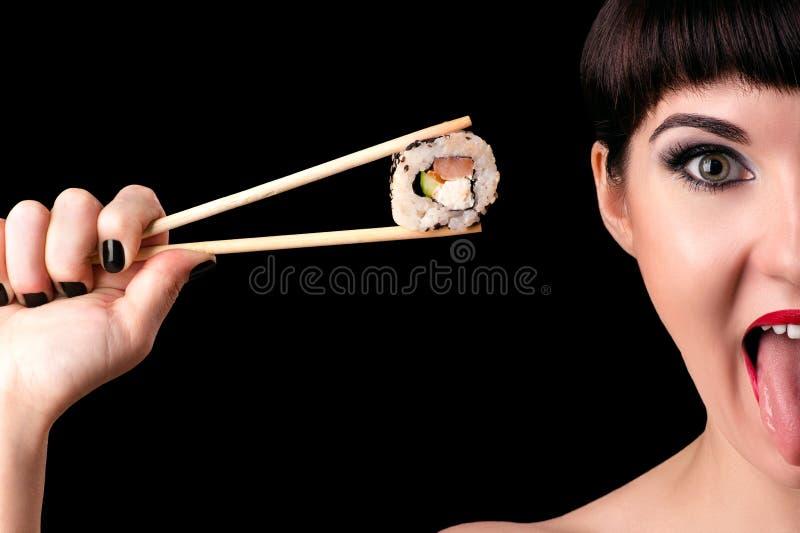 Emotionell kvinnaframsida med rulle i hand royaltyfria foton