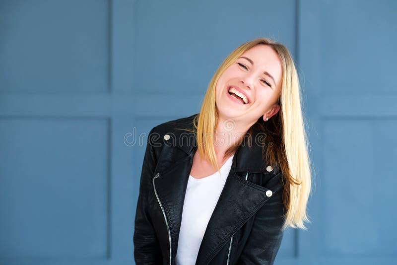 Emotionell lycklig le glad förtjust kvinna royaltyfria bilder