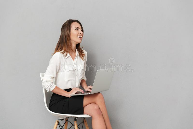 Emotionell lycklig ung affärskvinna som använder bärbar datordatoren arkivbilder