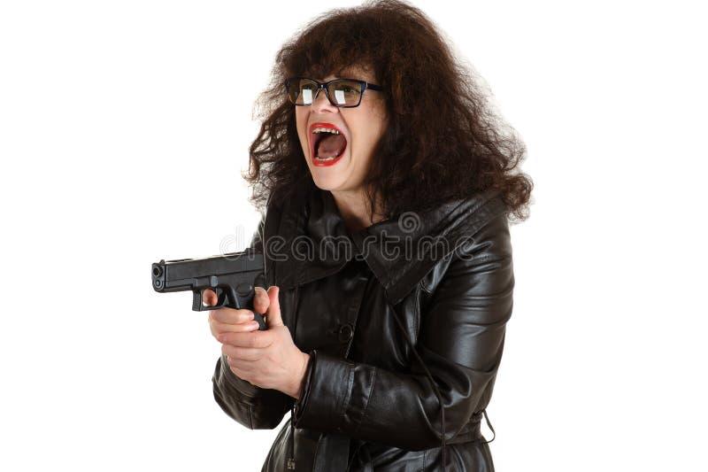 Emotionell mogen vuxen kvinna med ett vapen i hand royaltyfri foto