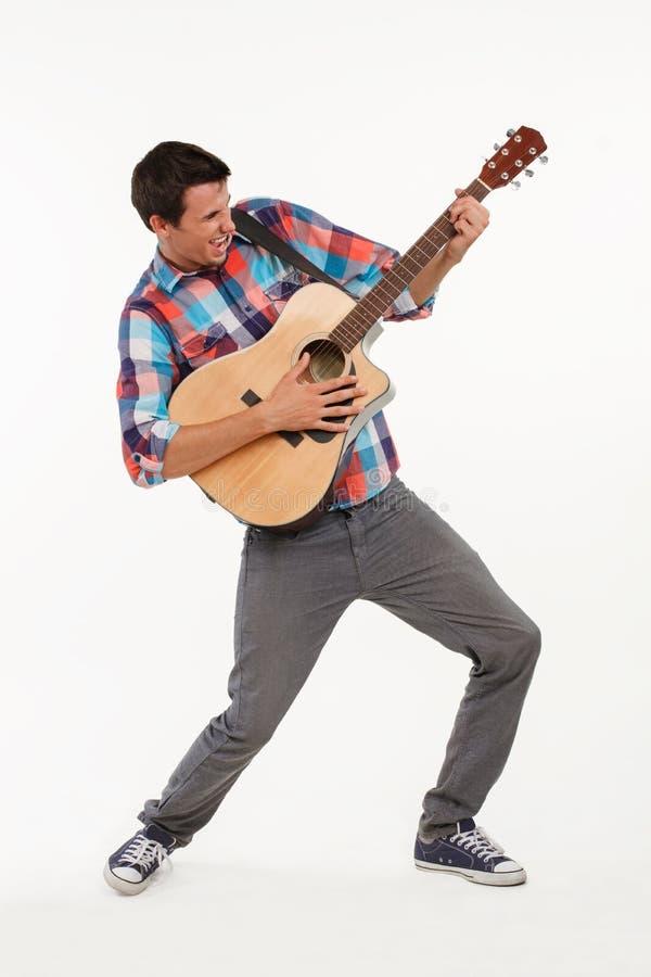 Emotionell musiker som spelar hans gitarr arkivbilder