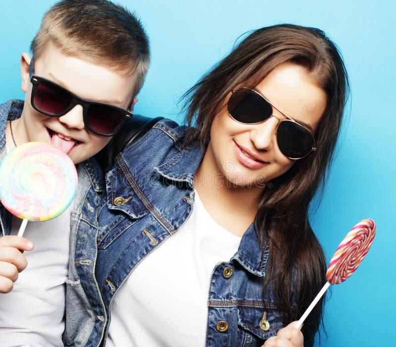 Emotionell och folkbegrepp för livstil, för lycka: syskongrupp lycklig barndom royaltyfri fotografi
