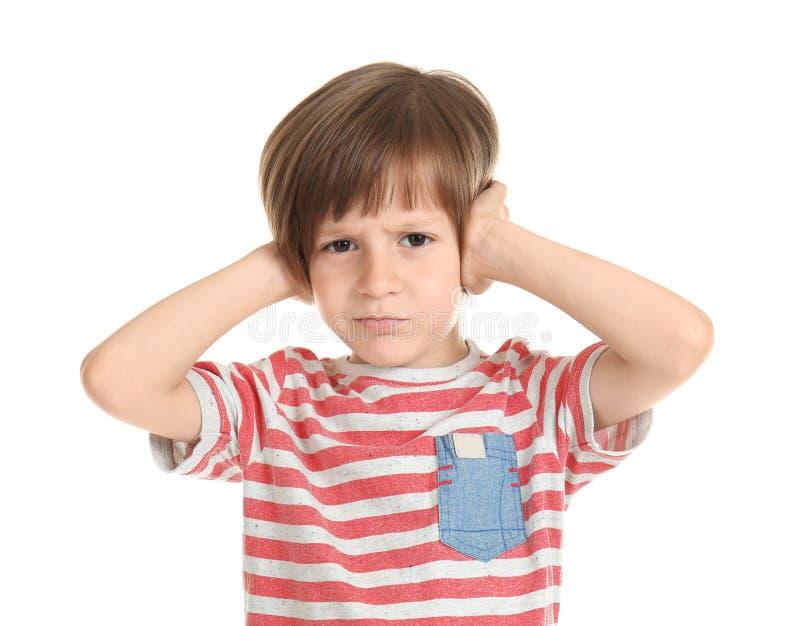 Emotionell pys som täcker öron med händer på vit bakgrund arkivfoto