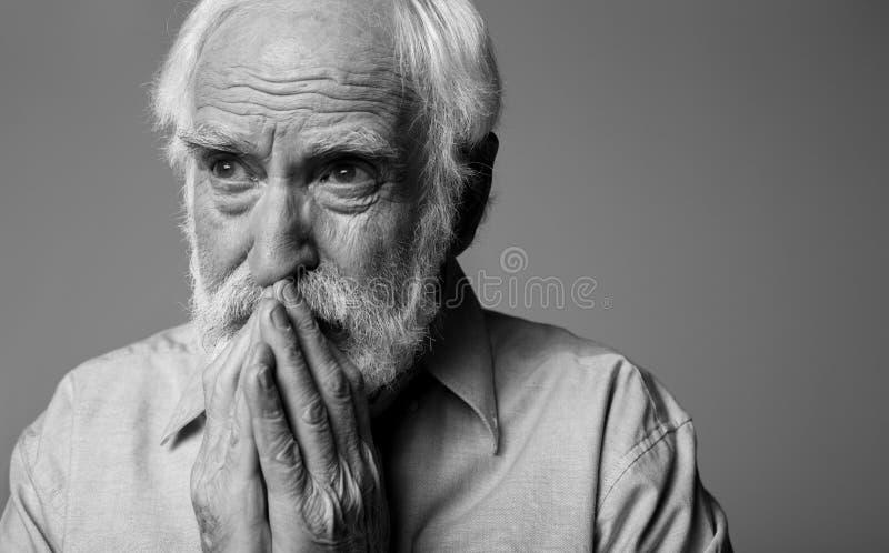 Emotionell rädd trött man som uttrycker sorgsenhet och hopp arkivfoton