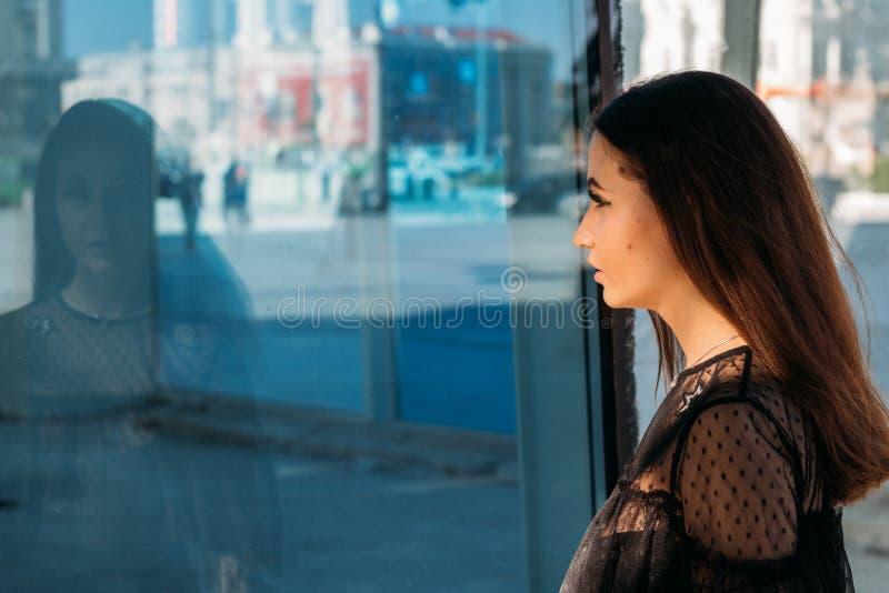 Emotionell stående av den stilfulla ståenden för mode av den nätta unga kvinnan stadsstående SAD flicka Brunett i en svart klänni royaltyfri bild