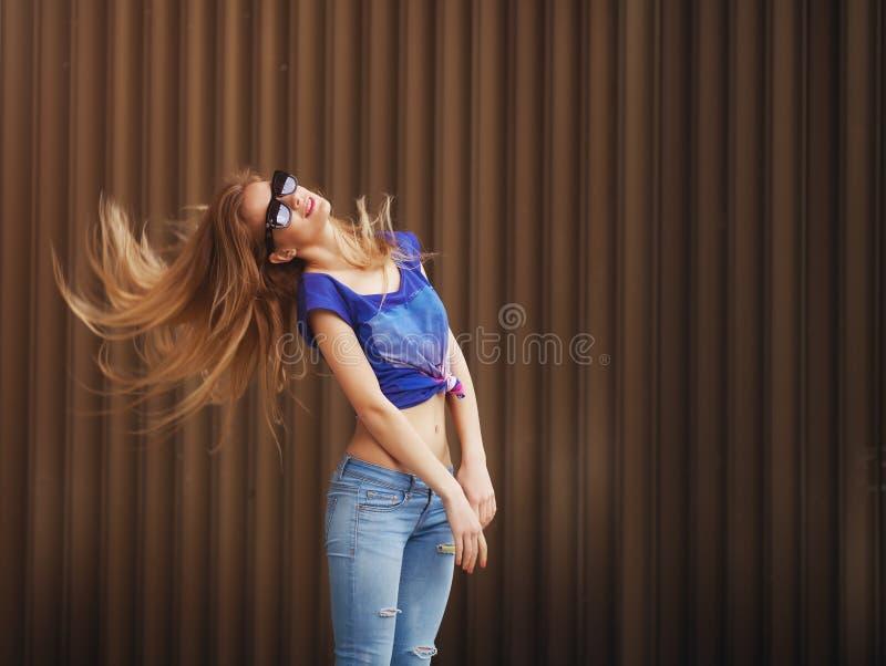 Emotionell stående av mode som är stilfull av blond kvinna för nätt ung hipster i exponeringsglas och att gå galet arkivfoton