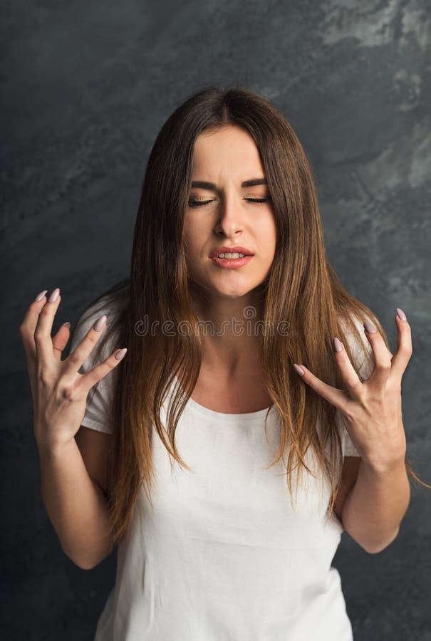 Emotionell stressad kvinnastående på mörk bakgrund royaltyfri fotografi