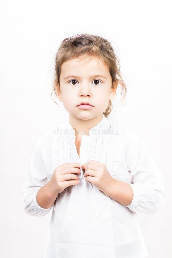 Emotionellt ansiktsuttryck av lilla flickan - stillhet royaltyfri bild