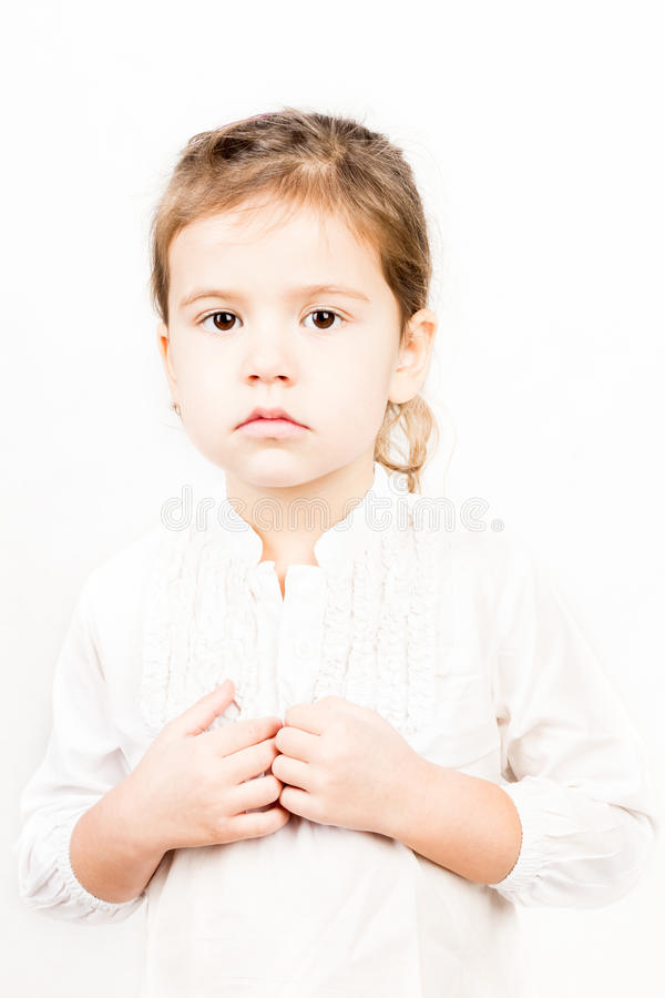 Emotionellt ansiktsuttryck av lilla flickan - stillhet royaltyfria bilder