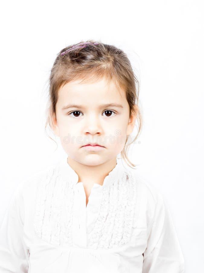 Emotionellt ansiktsuttryck av lilla flickan - stillhet royaltyfri foto