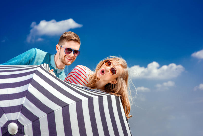 Emotionellt parnederlag bak paraplyet och hagyckel på th fotografering för bildbyråer