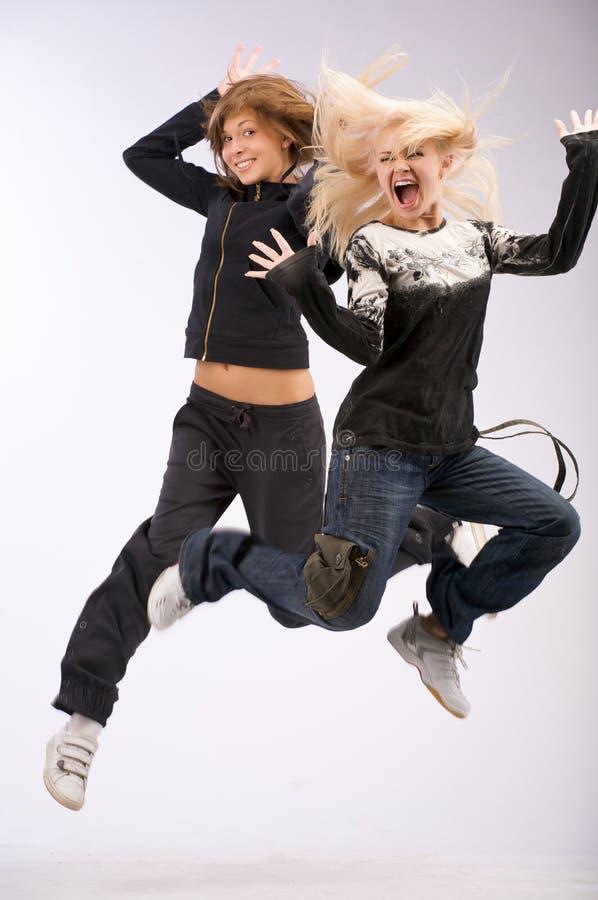 emoutionflicka som hoppar två royaltyfri foto