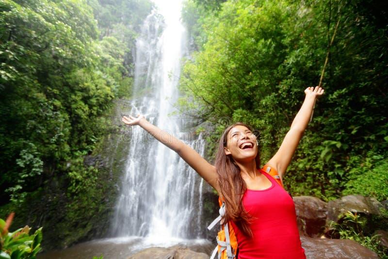 Emozionante turistico della donna dell'Hawai dalla cascata fotografia stock