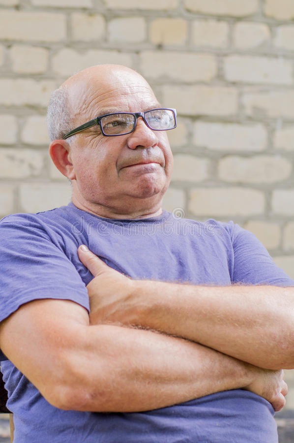 Emozione di delusione sul fronte dell'uomo anziano immagini stock libere da diritti
