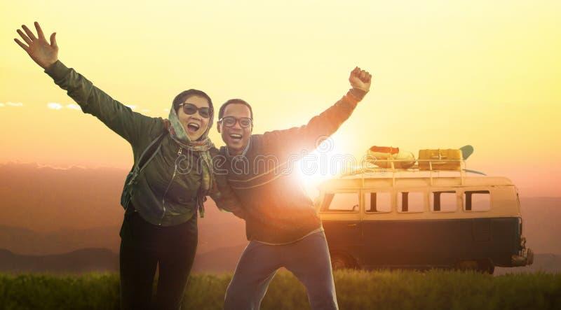 Emozione di felicità della donna e del giovane che viaggia alla destinazione immagine stock