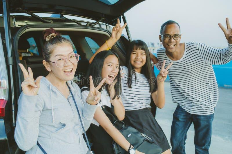 Emozione di felicità della famiglia asiatica che prende una fotografia al vacatio fotografie stock