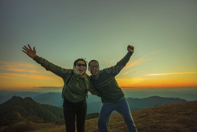 Emozione di viaggio asiatica di felicità della donna e dell'uomo e tre di rilassamento fotografia stock libera da diritti
