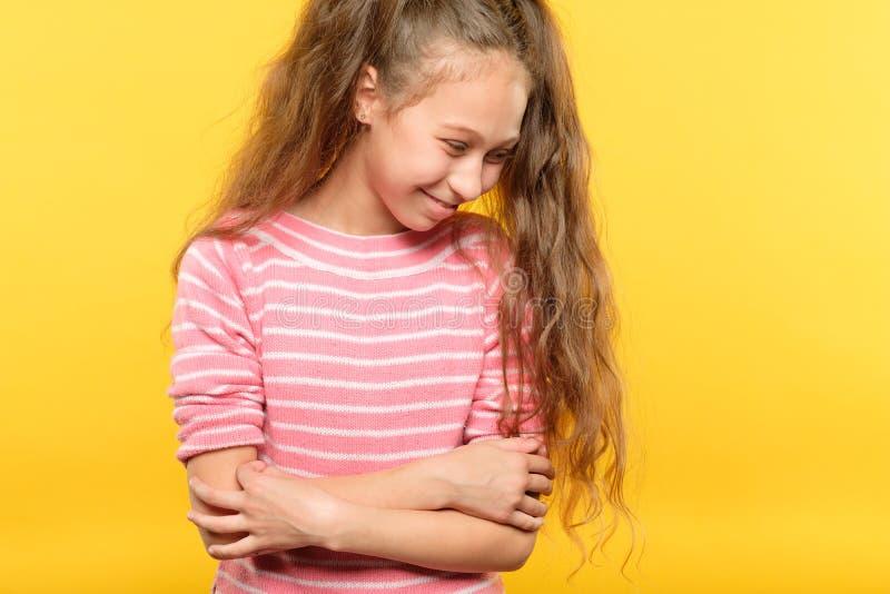 Emozione imbarazzante sorridente timida sveglia del bambino della ragazza immagine stock