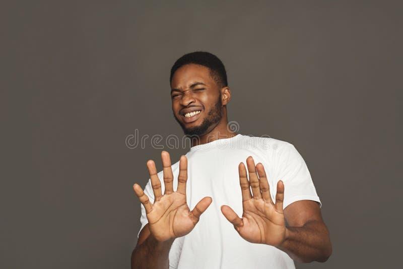 Emozione umana negativa, uomo di colore che esprime repulsione fotografia stock libera da diritti
