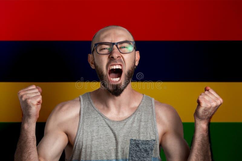 Emozioni di rabbia e dell'indignazione L'uomo in vetri ha serrato le sue mani nei pugni e gridate Nei precedenti è la bandiera di fotografia stock libera da diritti