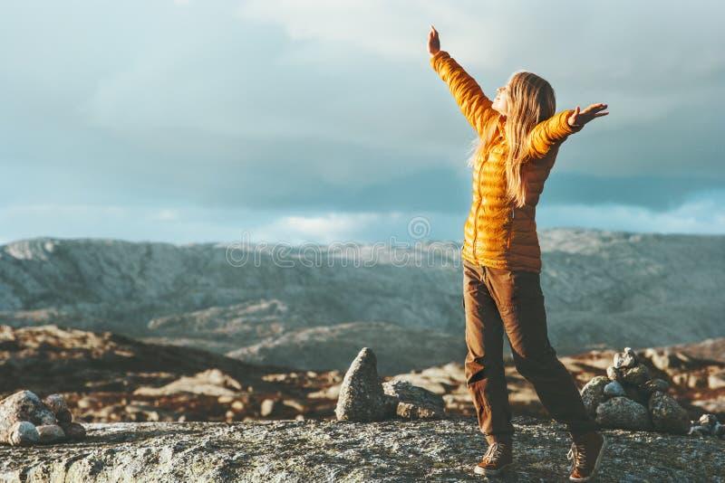 Emozioni felici della donna di successo all'aperto in montagne fotografia stock libera da diritti