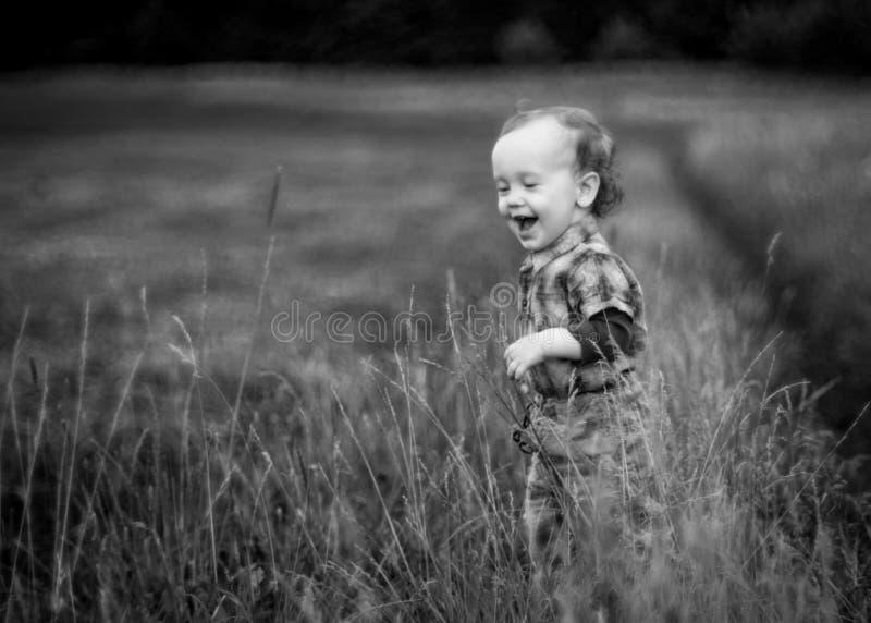 Emozioni naturali, risata del bambino fotografie stock libere da diritti
