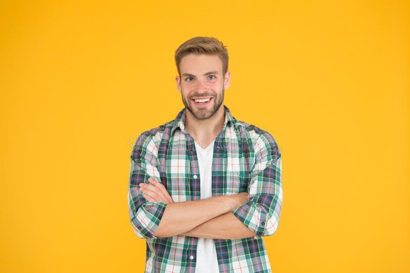 Emozioni positive Uomo felice su fondo giallo Sorridere barbuto dell'uomo Uomo con i baffi ed il fronte felice della barba immagini stock