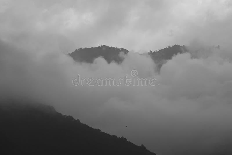 Empáñese en la fotografía blanco y negro de la montaña de la carretera a campo través septentrional en Taoyuan, Taiwán foto de archivo libre de regalías