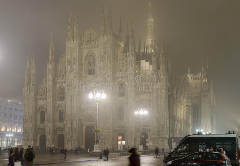 Empáñese en la noche en el cuadrado de la iglesia de monasterio, Milán imagen de archivo libre de regalías