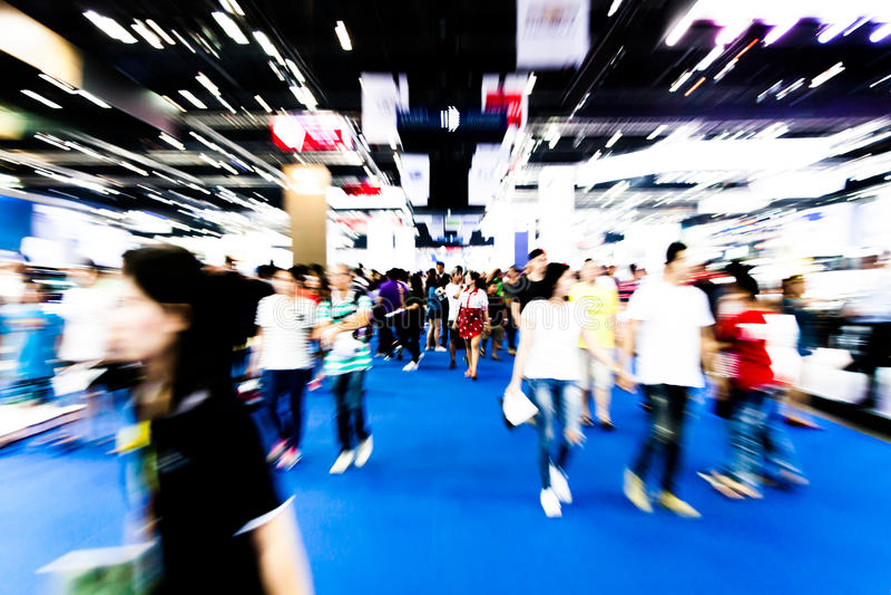 Empañado de mucha gente que camina en grandes almacenes fotos de archivo libres de regalías