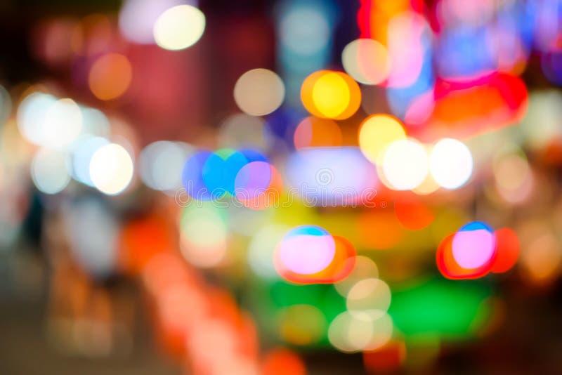 Empañado del coche en el camino en la ciudad en la noche Luz de Bokeh Falta de definición del brillo ligero Fondo de la textura d imágenes de archivo libres de regalías
