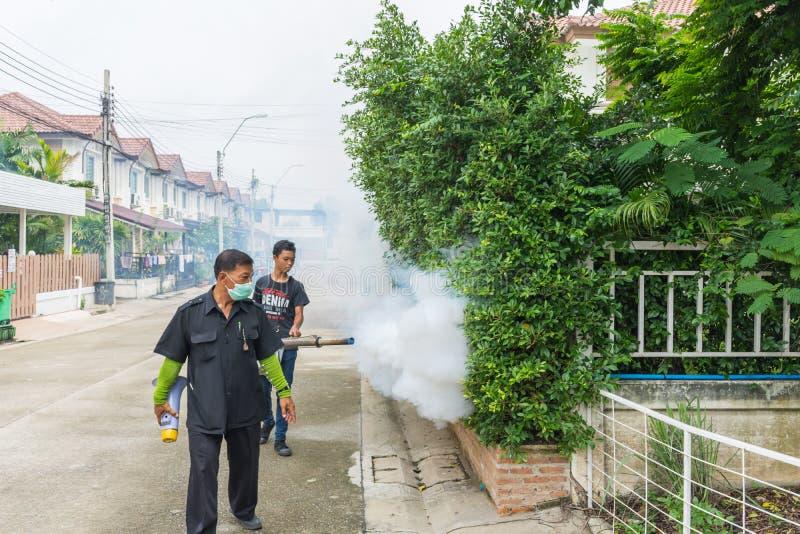 Empañando la matanza del mosquito del espray del DDT para el virus proteja fotos de archivo libres de regalías