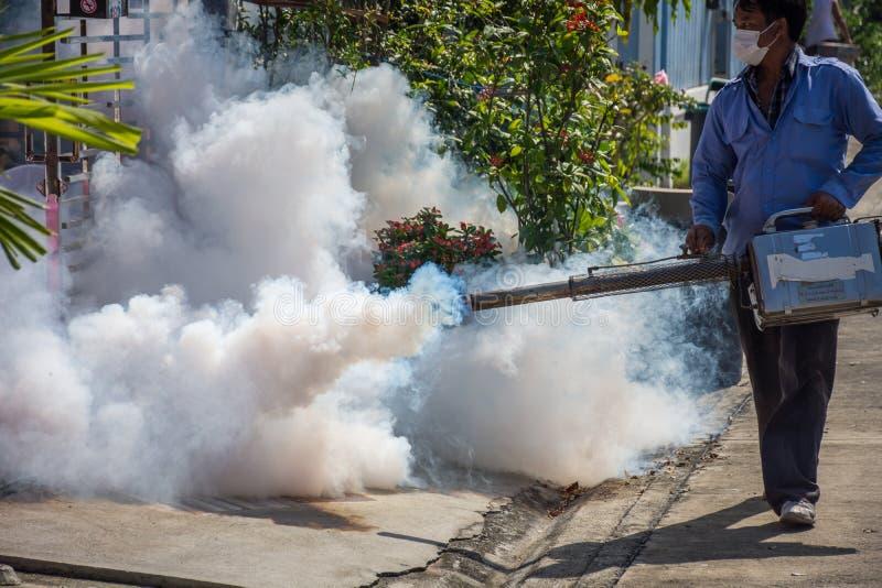 Empañando la matanza del mosquito del espray del DDT para el virus proteja foto de archivo libre de regalías