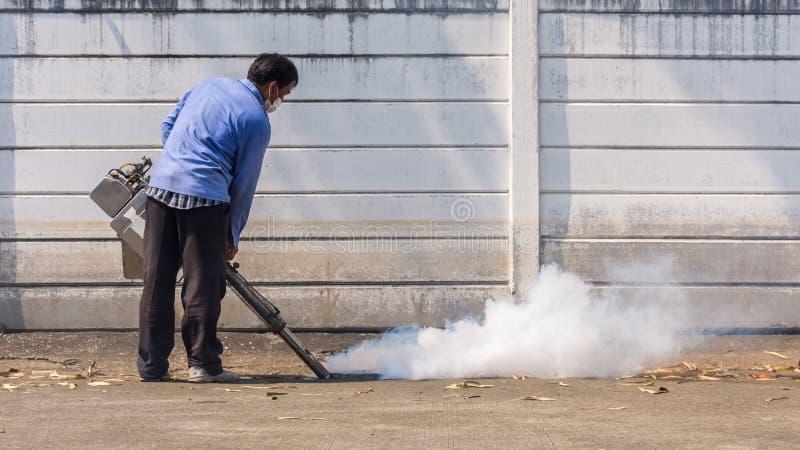 Empañando la matanza del mosquito del espray del DDT para el virus proteja fotografía de archivo