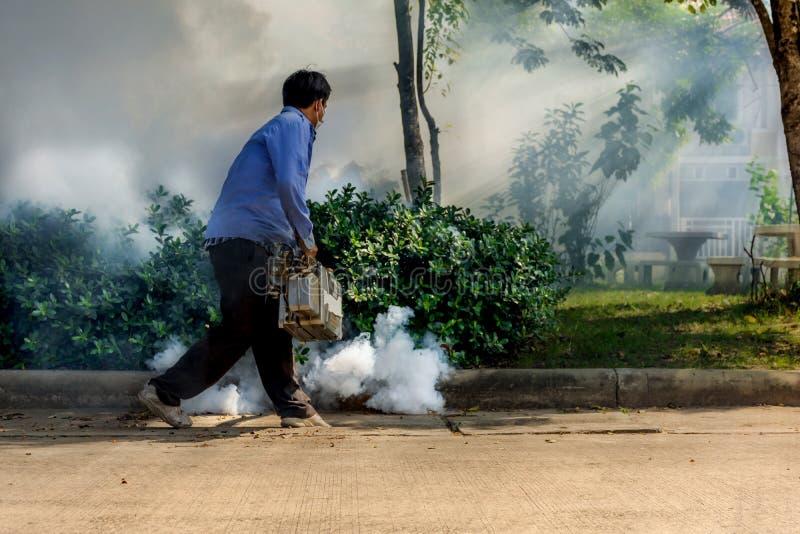 Empañando la matanza del mosquito del espray del DDT para el virus proteja fotografía de archivo libre de regalías