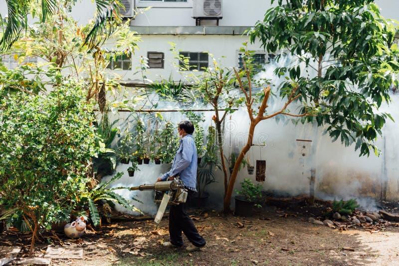 Empañando la matanza del mosquito del espray del DDT para el virus proteja imagen de archivo