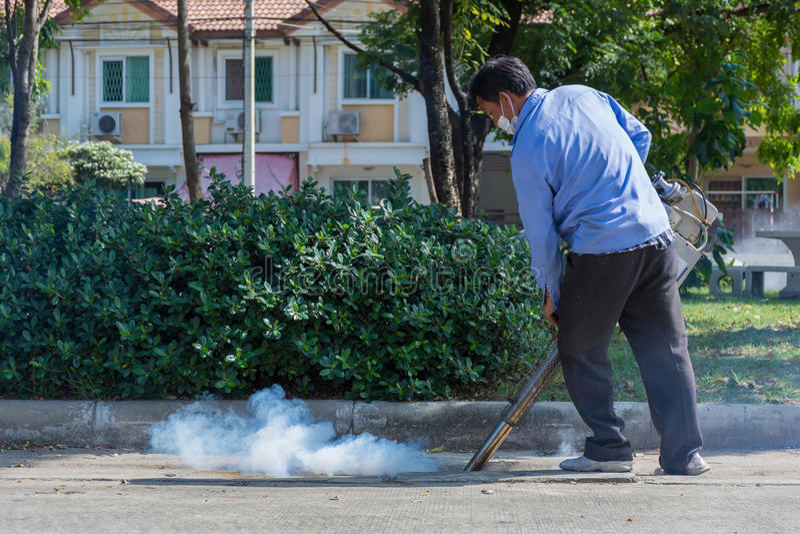 Empañar el mosquito de la matanza del espray del DDT foto de archivo