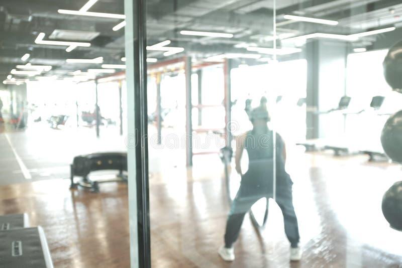 Empañe el fondo abstracto de los equipos del ejercicio adentro en gimnasio moderno de la aptitud imágenes de archivo libres de regalías