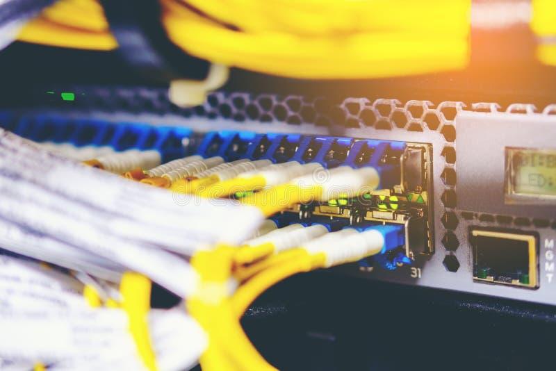 Empañe el fondo del equipo de la fibra óptica y de la tarjeta en telecommunic fotos de archivo libres de regalías