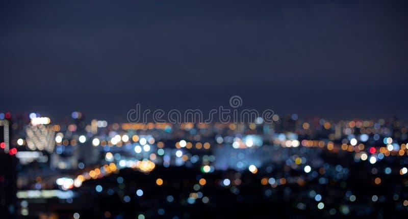 Empañe el paisaje colorido de la ciudad de la noche del bokeh fotos de archivo libres de regalías